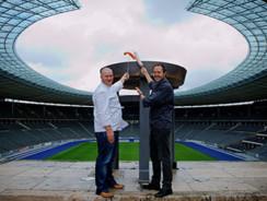 Vier Köche mit 11 Kochmützen im Olympiastadion
